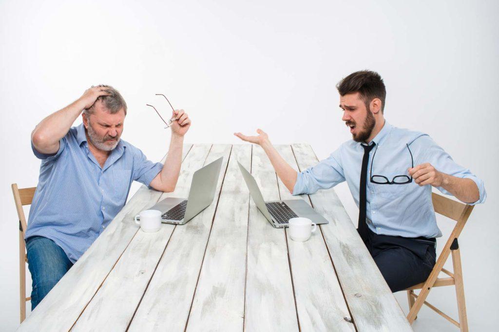 2 uomini confusi sul computer .. è troppo complicato aggiornare un sito