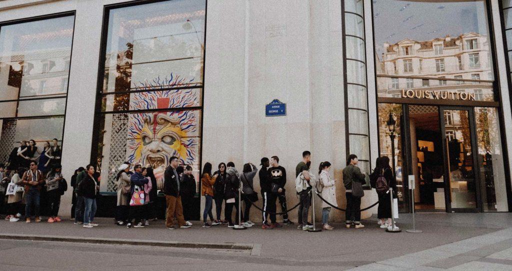 tante persone in coda per entrare nel negozio - voglio più richieste